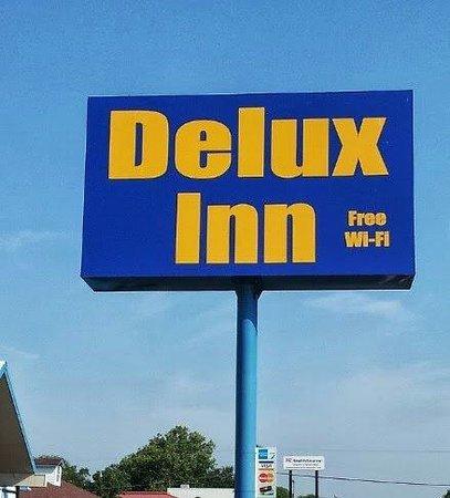 Delux Inn: Sign