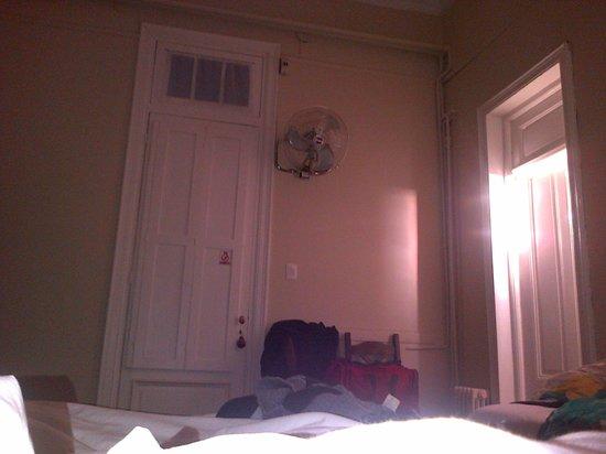 New Arapey Hotel: Puerta de salida y del baño desde la cama