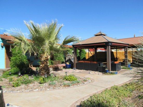 Riverbend Hot Springs: Courtyard
