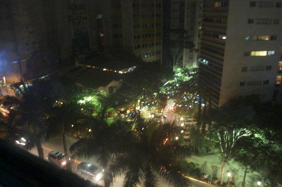 Braston Hotel Sao Paulo: frente al hotel zona de restaurantes