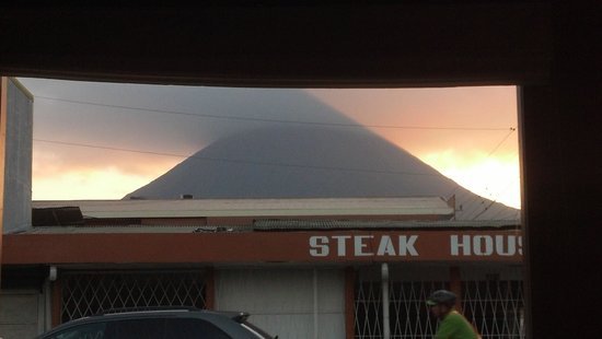 Lost Iguana Resort & Spa: View of Arenal Volcano from La Fortuna