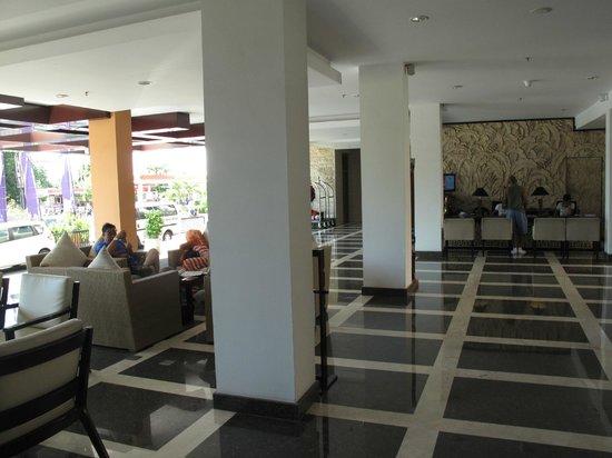 Park Regis Kuta Bali : Lobby looks onto street