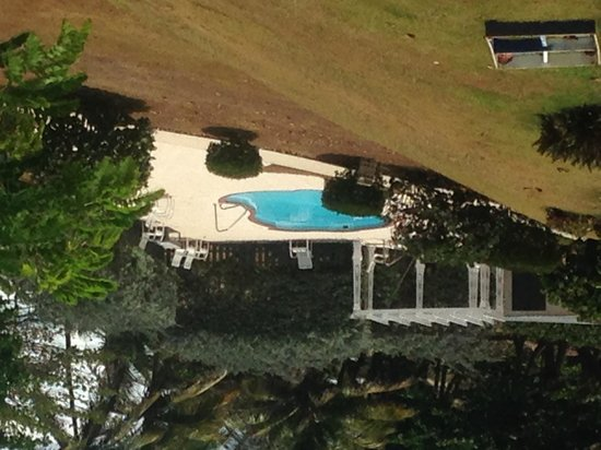 Hotel El Guajataca : pool (view fromt he parking lot