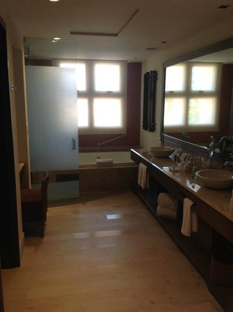 Now Amber Puerto Vallarta: Master suite bathroom.