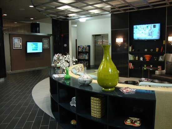 Holiday Inn Express Hotel & Suites Kansas City Airport: The lobby is very cool!
