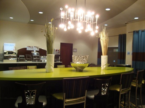 Holiday Inn Express Hotel & Suites Kansas City Airport: The breakfast area is very contemporary