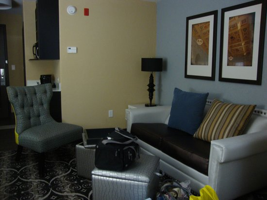 Holiday Inn Express Hotel & Suites Kansas City Airport: Love the furniture, design in room and sitting area.