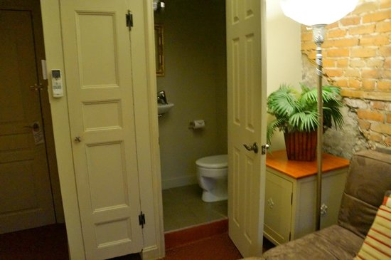 Auberge Place D'Armes: Separate toilet room