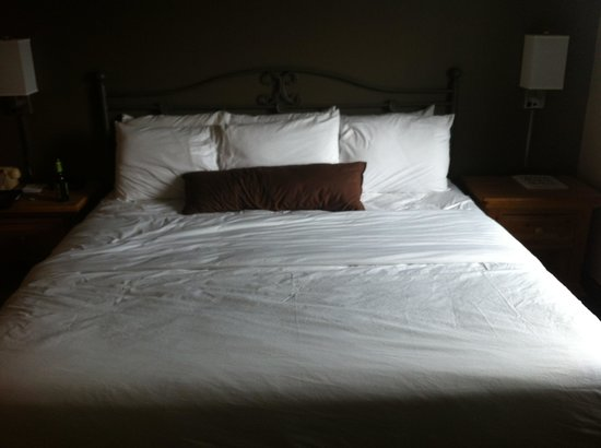Country Inn of Hoyt Lakes : King Size Bed in Whirlpool Suite