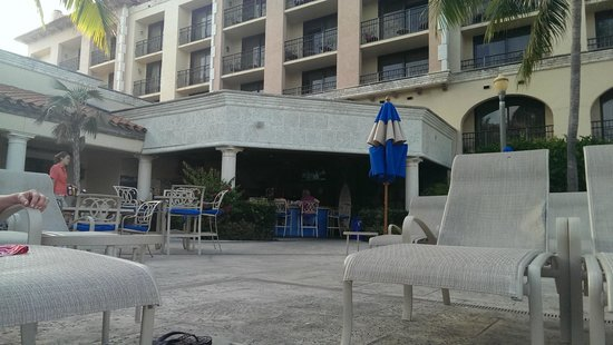 Delray Beach Marriott: Outside bar by the pool
