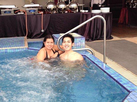 Le Meridien Kota Kinabalu: jacuzzi at the pool