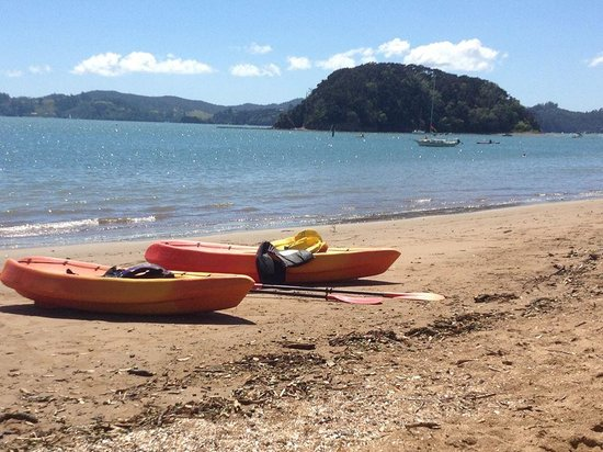 Busby Manor: The beach opposite the resort.  We hired the resort kayaks. Very affordable when down the road i