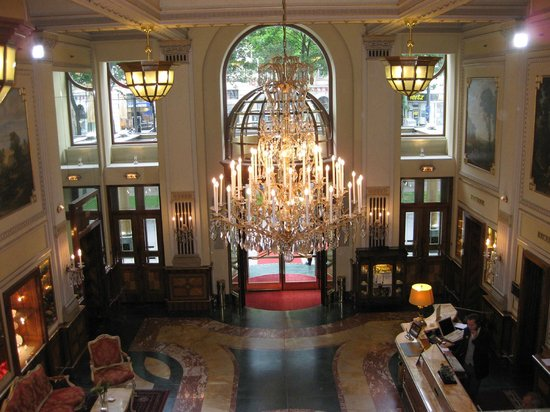 Hotel Imperial Vienna : The entry foyer.