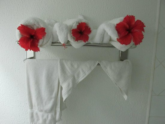 Jolly Beach Resort & Spa: Flowers in towels one day