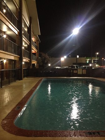 Baymont Inn & Suites Goodlettsville: Pool in the rain
