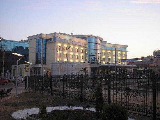 Ring Premier Hotel : Вид на отель вечером