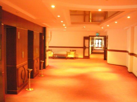 Ring Premier Hotel : Холл