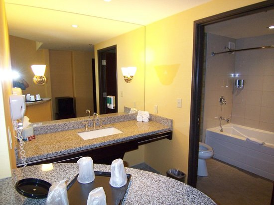 Eastside Cannery Casino & Hotel : bathroom