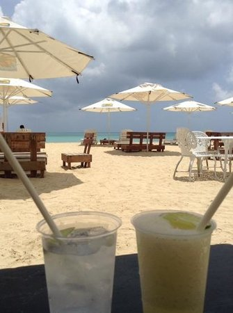 Arenas Beach Hotel: Drinks at the beach