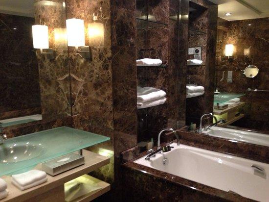 Grand Hyatt Singapore: Marble bathroom