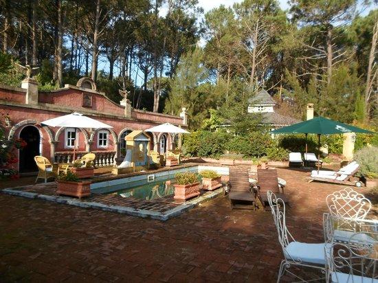Villa Toscana Boutique Hotel : vista de la piscina y salòn comedor.