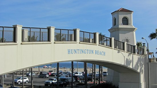 Hyatt Regency Huntington Beach Resort & Spa: Bridge to beach at Hyatt resort