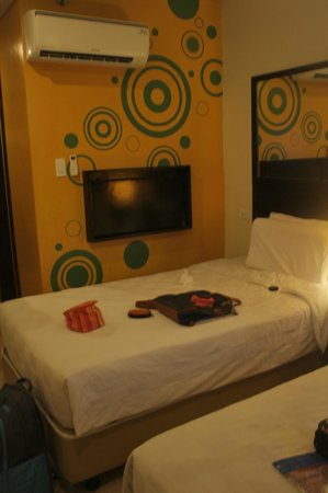 Go Hotels Dumaguete: Our room on the second floor. That foldable table beside the bed's a genuis