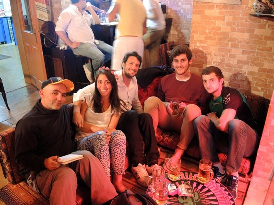 Orient Hostel International : EN EL BAR CON MIS AMIGOS DEL HOSTEL