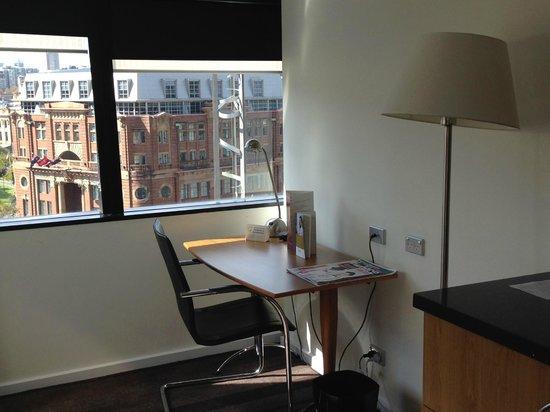 Mercure Sydney: Desk area