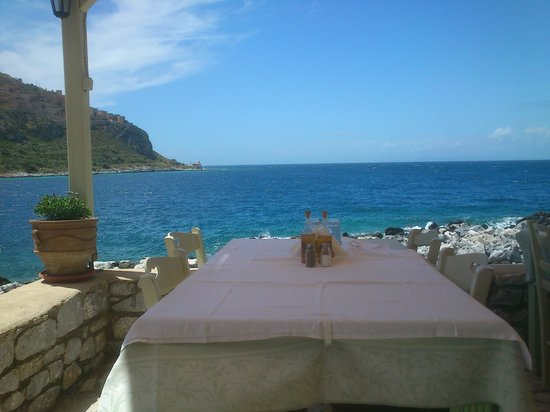 Kourmas Limeni: θέα από το τραπέζι