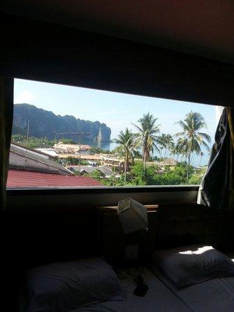 Aonang Top View: Udsigten gennem vinduet over vores seng