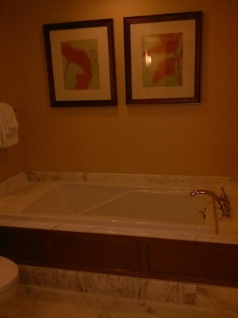 Beau Rivage Resort & Casino Biloxi: The tub was great!