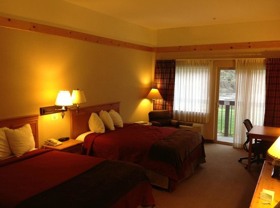 Salmon Rapids Lodge: Luxury room with 2 queen size beds, patio, facing river