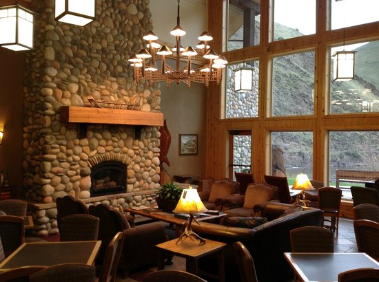 Salmon Rapids Lodge: part of the large lounge with fireplace