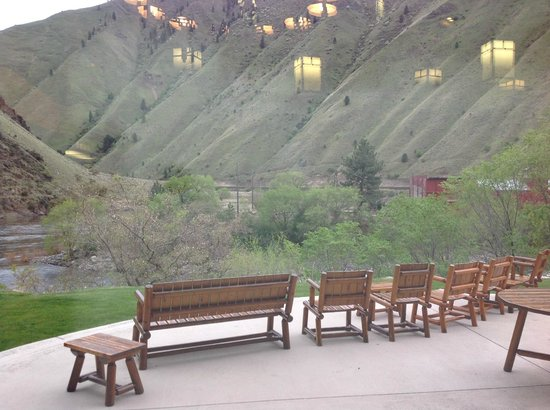 Salmon Rapids Lodge: large deck off main lounge, overlooking Salmon River