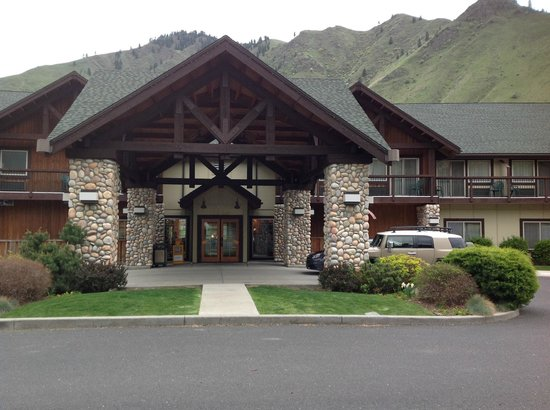 Salmon Rapids Lodge: view of hotel entrance