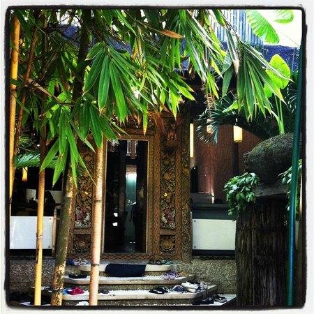 Clear Cafe: Entrance