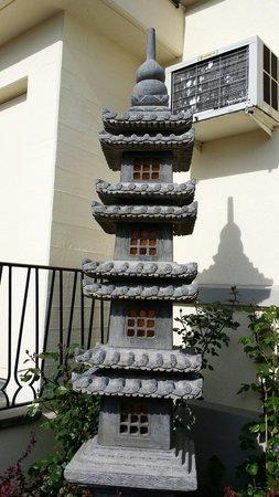 Jialu: Вот такие сооружения охраняют отель