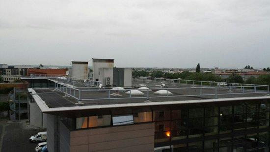 Premiere Classe Paris Ouest - Nanterre - La Defense: Vue de la chambre du 5 em