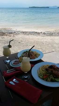 Cocotinos Sekotong, Boutique Beach Resort & Spa: Beach lunch.  The food is superb!