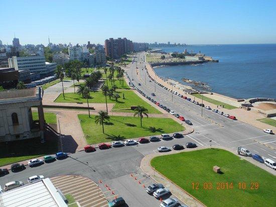 NH Montevideo Columbia: Vista de la Rambla desde la habitación
