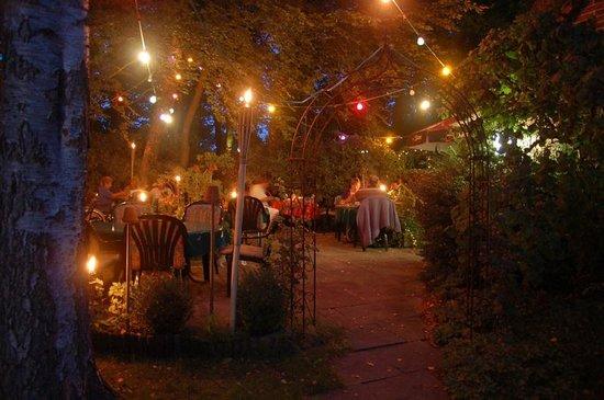 Hotel Bremers Bauerndiele: Biergarten bei Nacht