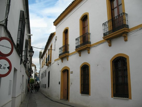 Judería: узкие улочки белых домов