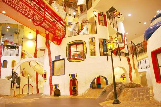 Kita, Jepang: こどもの街 (Kids town, 4-5F):The Kids Town was designed by Mr. Hundertwasser from Austria. I
