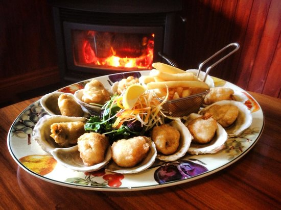 Portobello Hotel: Bluff oysters during the season- next to our fire