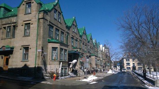 Hôtel Château Bellevue : Hotel and street