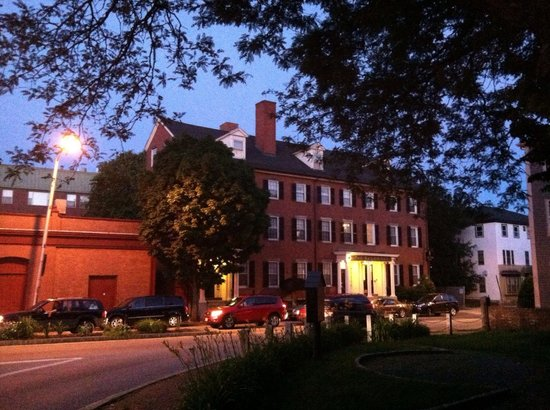 The Salem Inn: The Inn at dusk.