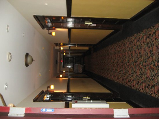Glen Tavern Inn: 2nd floor hall