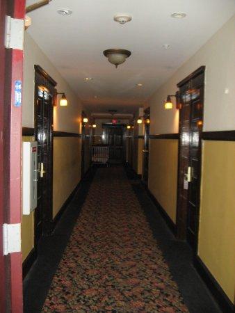 Glen Tavern Inn: 2nd floor hall