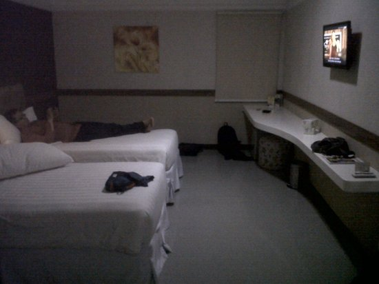 Amarelo Hotel Solo: room with twin bed